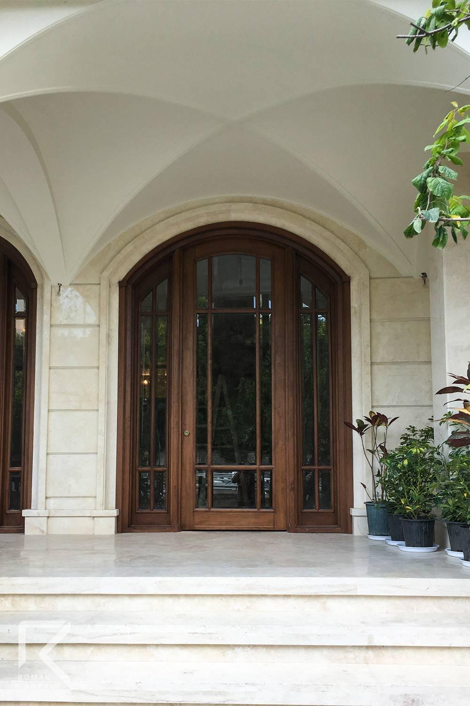 درب ورودی ساختمان کلاسیک