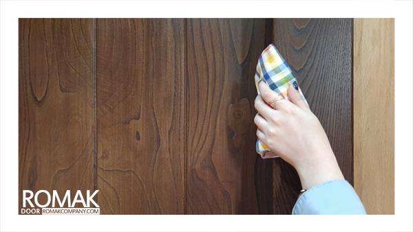 نظافت لبه درب چوبی
